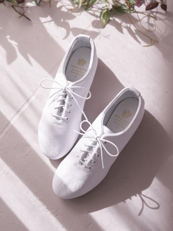 英国のダンスシューズメーカーブランドとして、高い人気を誇る「CROWN(クラウン)」のレースアップシューズです。軽くて柔らかなレザーで作られているので、履きやすさと歩きやすさも抜群。デイリー使いにもぴったりな一足です。