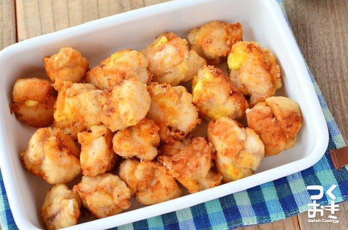 コロンとしたチキンチーズボールは、鶏むね肉とプロセスチーズで成形して油で揚げた一品です。  砂糖・塩・コンソメで下味が付いているので、そのままで美味しくいただけます。 お弁当用にストックしておきたいかわいらしいおかずです。