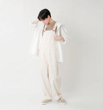 白デニムのオーバーオールに、白シャツをさらっと羽織って、程よくフェミニンなコーディネートに。インナーとスニーカーをベージュで揃えているので、カジュアルだけど落ち着いた印象を与えるカラーリングでまとめています。