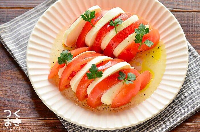 クセがなくさっぱりとしたモッツァレラチーズは、甘酸っぱくさわやかなトマトの味とよく合います。 レストランや居酒屋でも定番のサラダで、お酒のおつまみにもおすすめです。  トマトとチーズを切って盛り付けたら、オリーブオイルや好みのドレッシングをかけるだけ! 手軽におしゃれな一品が完成します。