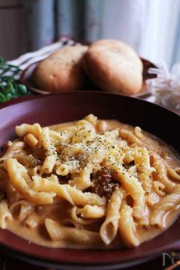 前日のカレーの残りやレトルトカレーに、生クリームとチーズを混ぜれば、簡単パスタソースの出来上がり! ソースはレンジで簡単に調理できるので、忙しい日にもぴったりのメニューです。  カレーのスパイスとチーズのまろやかなコクは、相性抜群で食欲をそそります♪