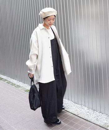 黒のワイドサロペットに、白Tシャツと白ジャケットを合わせたモノトーンコーデ。バッグや靴は黒で、ベレー帽は白で揃えて、シンプルアイテムの組み合わせでも雰囲気たっぷりなスタイリングに仕上げています。