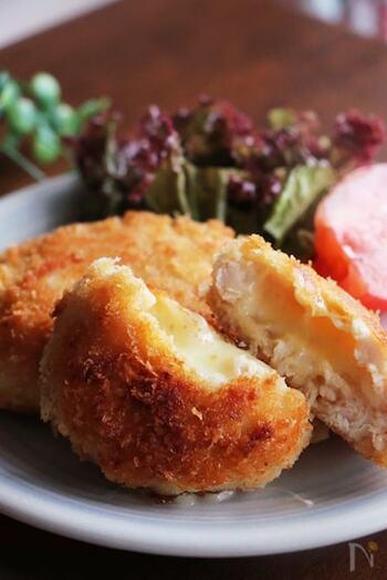 お手頃価格の鶏のささみとチーズのチキンカツは、サクッ&ふんわりとした食感でボリュームも大満足♪ ささみは味が淡白ですが、チーズのおかげでコクのある味わいに仕上がります。