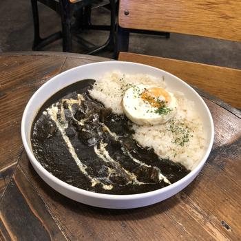もうひとつの人気メニューが、ミシュラン3つ星レストランで修業したシェフが作る「黒カレー」です。国産和牛だけを使って24時間かけてじっくり煮込んだ、濃厚でスパイシーなひと皿。カレーの中には大きめにカットされた牛肉がごろごろ存在感抜群。こちらも、トッピング可能です。