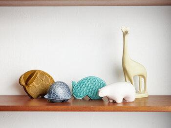 日本古来の陶芸技術と、北欧を連想させるモダンなデザインを組み合わせた、「POTPURRI(ポトペリー)」のオブジェたち。キリン・シロクマ・バッファロー・ハリネズミ・ミズドリの5種類の動物をモチーフにした磁器製オブジェは、飾るだけで温かみのある空間に。