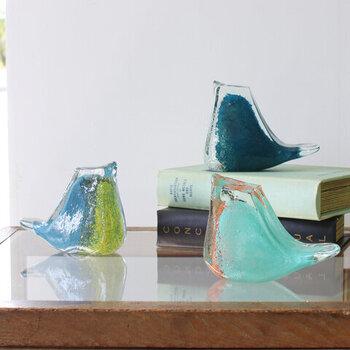 ペーパーウェイトとして作られた、鳥モチーフのガラス製オブジェ。ずっしりと安定感があって、存在感も◎。ひとつずつハンドメイドで作られているので、2つとして同じものがない一点ものなのも魅力的。