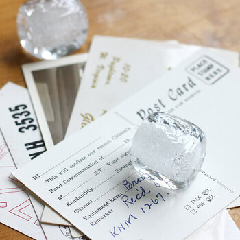 """ガラス作家・船山理也子さんの代表作として人気の""""Snow Cube""""。まるで本物の氷のように見える、ガラス製のオブジェです。"""