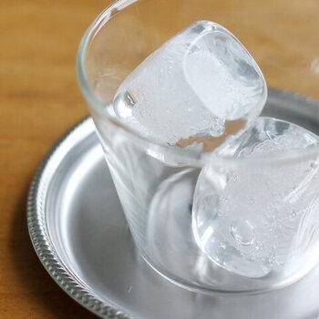 ペーパーウェイト感覚でそのままデスクの上に置いて楽しむのはもちろん、ガラスのコップなどに入れて、いつまでも溶けない氷のオブジェを演出してもおしゃれですね。