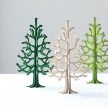 フィンランドのバーチで作られた木製のミニツリーは、インテリアとし1年中飾っておけるオブジェです。手のひらにちょこんと乗るほどの大きさなので、色違いで並べても◎ 冬にはクリスマスツリーとして、春や夏には季節の果物モチーフを飾ったり、シンプルにそのまま置いてもサマになるアイテムです。