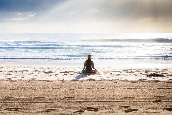うつむきがちな自分を変えよう!心身の健康に「マインドフルネスヨガ」のすすめ