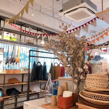 台東区蔵前にある「CAMERA」は、素敵な時間が流れるお店。オリジナルレザーショップ「numeri(ヌメリ)」、焼き菓子屋さん「MIWAKO BAKE(ミワコベイク)」、さらにカフェが併設されています。様々な目的の人たちが集い、人やモノとの出会いが生まれる場所として、注目を集めています。