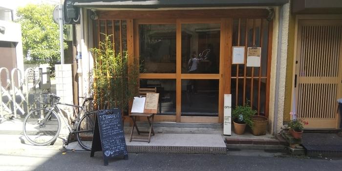 勝どき駅から月島方面に10分ほど歩いたところにある「Manu Ku(マヌ クー)」。漆喰の壁と無垢の木材が使われた落ち着いた雰囲気の店内で、マクロビをベースにしたお料理がいただけます。