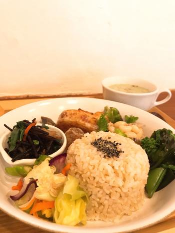 ランチは、自然栽培の玄米ごはんとおかずのワンプレートで旬のお野菜がたっぷり。野菜の甘みやほろ苦さ、食感が活かされていて体の中からキレイになれそうですね。