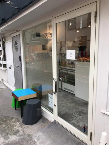 「TANUKI APPETIZING(タヌキ アペタイジング)」は、人気のベーグル専門店。築50年を超える長屋をリノベーションしたお店は、白をベースにした清潔感あふれる雰囲気です。