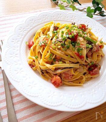 トマトと塩昆布の旨味で味がバッチリ決まる、お手軽で華やかなパスタレシピです。手順も少ないので、おうちでのランチにもピッタリですよ。ツナ缶はオイルごと入れてくださいね♪