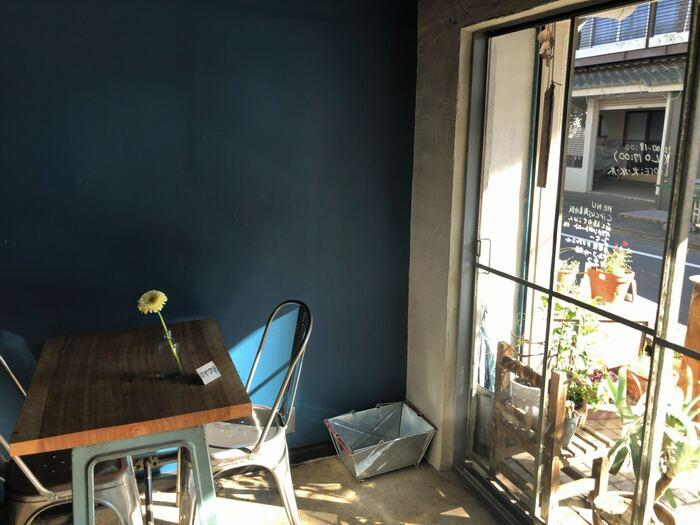 深海のような青色の壁に太陽の光がやさしく差し込む店内。さりげなく飾られた一輪挿しや壁にかかる絵に、ほっこりと癒されます。