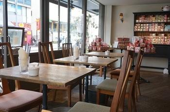 木を多く使ったインテリアが気持ち良い空間。店内に広がる紅茶の香りでリラックスできそう。