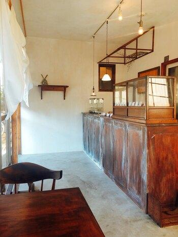 アンティーク家具が並ぶ店内は、白と茶色を基調としたシックで味わいのある雰囲気。家具はオーナーご夫妻がひとつひとつ集めたそうで、センスと温もりが感じられます。