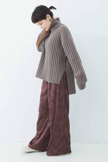 こっくり深みのある暖色コーデは、今年の秋冬ぜひ取り入れたい着こなし。上下で濃淡をつけてメリハリを出しつつ、ボトムスの柄で動きを加えれば、着太り対策はバッチリです。