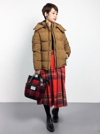 チェック柄のスカートと合わせて、大人カジュアルなコーデに。バッグもスカートの柄と合わせてクラシックな要素をプラス。靴はスニーカーにしないところが大人流!