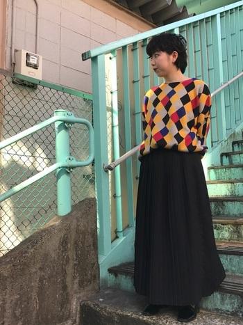 色合いのすてきなアーガイル柄ニットを、暗色のボリュームスカートでまとめた大人ナチュラルコーデ。ゆらゆらと動きが出るので着ぶくれを避けられ、一押しのアイテムです。