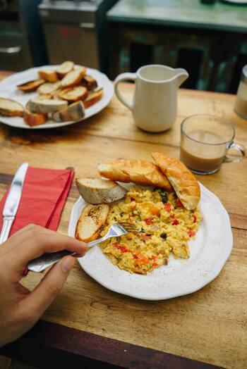 トマトと卵を炒めるときには、ちょっとしたコツがいります。ポイントは、トマトと卵を別々に炒めること。まず卵を半熟になるまで炒めて取り出し、次にトマトを炒めて、最後に卵を戻して合わせましょう。卵は2回火を通すことになるので、1回目で炒め過ぎないことがポイント。  味付けは調味料次第で自由にアレンジできます。シンプルな味が好きな方は塩こしょうのみ、トマトを酸っぱいと感じる方は砂糖をプラス、また、オイスターソースや醤油を使って濃いめに味付けすればご飯が進む一品になります♪