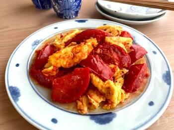 まずは、比較的シンプルなこちらのレシピからご紹介します。10分でできちゃう簡単レシピ。にんにくが入っているので、シンプルでもパンチが効いた味わいを楽しめますよ。にんにくと卵は第一段階で炒めましょう。塩こしょうのほかに砂糖が入っているので、食べやすい味わいです♪