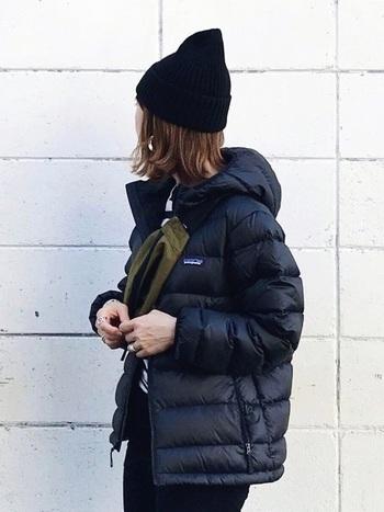 アウトドアブランドの本格派ダウンはメンズライクに着こなすのが1番♪トップスとボトムスはシンプルなものを。ニット帽やバッグなど小物は、スポーティかつカジュアルなアイテムを合わせましょう。