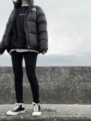 THE NORTH FACEのダウンの中でも根強い人気のヌプシジャケット。ダウンらしいボリューミーなシルエットが特徴です。黒のアイテムでまとめて、メンズライクな着こなしに。