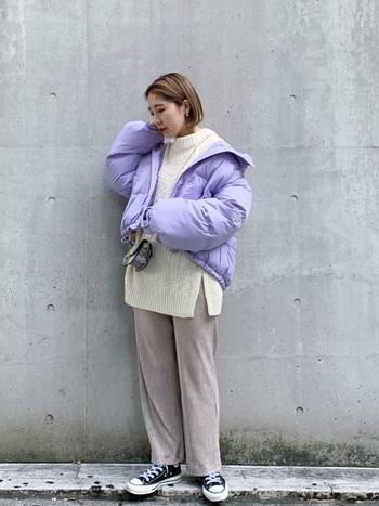 爽やかなパープル(紫)もおすすめ。ホワイトやベージュ系と合わせた寒色コーデは、冬の季節感を盛り上げるおしゃれな組み合わせです。薄いパープル(紫)なら、春先まで使えそう!