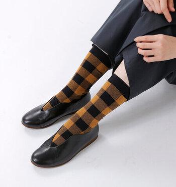 秋の装いがぐっとおしゃれになるブロックチェックの靴下。シンプルなパンプスに合わせるとスタイルのある足元を演出できます。トレントコートに合わせてトラッドなスタイルにおすすめ!タータンチェックと合わせた上級コーディネートも可愛いかも!