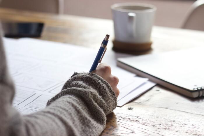 """""""ノートづくり""""と聞くと、「毎日、書かないと」とか、「きれいに書かないと」などと身構えてしまい、結果的に""""続かなかった""""と落ち込んでしまった人、多いのではないかと思います。気が付いたら、「1ページ目しか書いていないノートが何冊かある…」というような覚えはありませんか?生活が忙しくなってしまったり、体調がすぐれなかったりすると、つい書くことを忘れてしまいますよね。"""