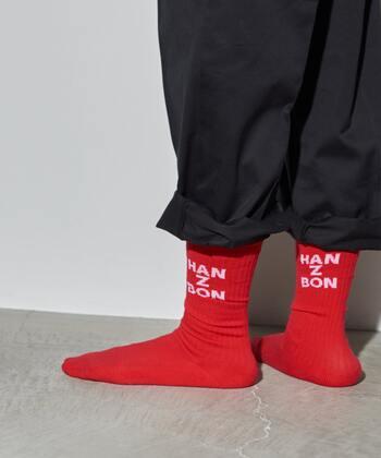 真っ赤なスポーツテイストの靴下もコーディネートのワンポイントになりそう!ロゴがちらりと覗くのもおしゃれですよね!ショートブーツと合わせても良さそう◎。大人の外しコーデにおすすめです!