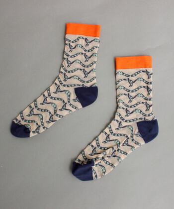 ボーダー柄のように見えますが、なんとよく見ると蛇のボーダー柄というユニークな靴下!ネイビーとオレンジの組み合わせも可愛いですよね。