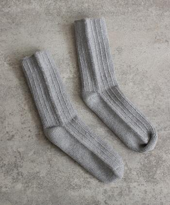 カシミア混の糸を使用した肌触りの良い靴下。締め付け感が少なく履き心地抜群!さらに少しルーズな感じになるのもおしゃれ!毎日でも履きたくなるシンプルな靴下です。
