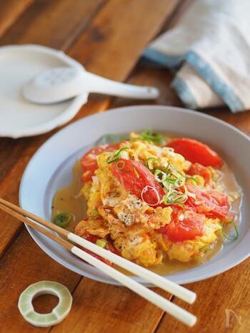 こちらは、卵に鶏がらスープの素を混ぜて、ごま油で炒めた中華風のレシピです。トマトを炒めるときに、水を加えてとろんとさせるのがポイント。仕上げにブラックペッパーを効かせると、より味わい深くなります♪