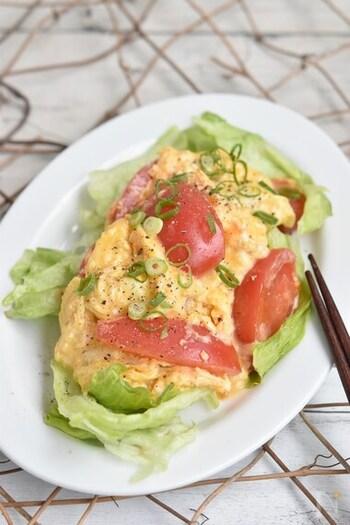 トマトと卵の炒め物にチーズはとっても合います♪5分でできるので、朝ごはんのパンのお供にもぴったり。チーズは溶けるタイプを使って、卵液に混ぜておきましょう。こちらは、先にトマトをフライパンでさっと焼いて、そのまま卵を加えて強火でさっと炒め上げるのがポイントです。