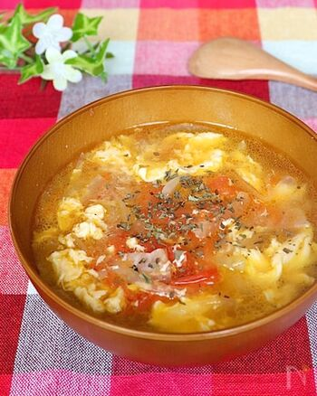 トマトと卵はスープでもとってもおいしい活躍をしてくれます。こちらは、トマトと卵の優しくふんわりした特徴にマッチする、コンソメ味のスープレシピ。仕上げにバターを加えることでコクがプラスされます。器によそってからドライパセリを振りましょう♪