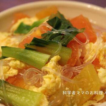 こちらは生姜入りで、寒い季節におすすめのスープレシピです。トマトと卵に春雨も入っているので、小腹が空いたときにもぴったり。卵を入れた後にトマトを入れて煮て、最後にチンゲン菜を加えるので、野菜を入れる順番もおさえておきましょう♪
