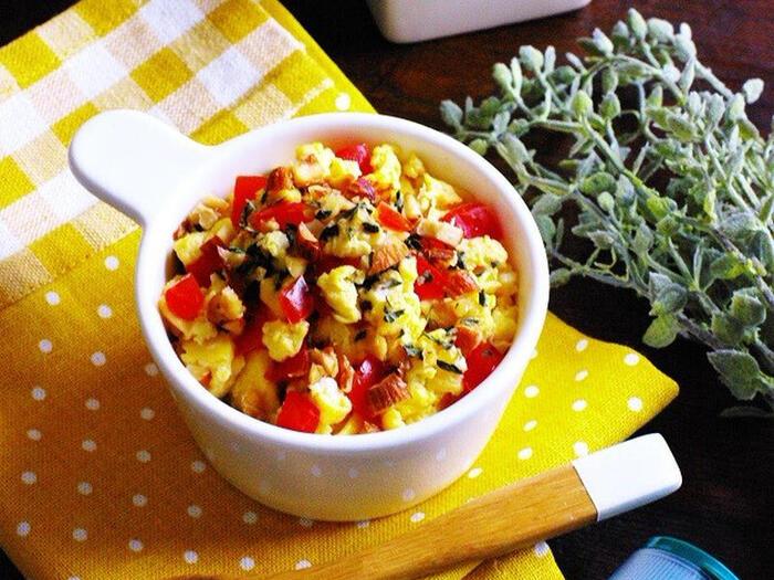 こちらは、小鉢の彩りにぴったりのレシピ。ミニトマトを使ったスクランブルエッグです。アーモンドとオリーブオイルを加えて香り良く仕上げるところがポイント。アーモンドはトッピングに使うので、カリカリとした食感も楽しめます。さらにこちら、電子レンジで全部作れるんですよ♪
