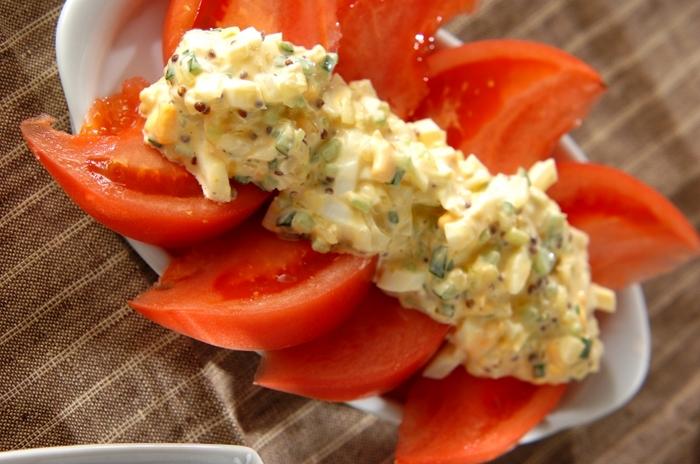 こちらはトマトはカットしてそのままで、その上にゆで卵を使ったソースをかけたアレンジレシピです。トマトは食べやすいサイズにくし切りにしましょう。ソースに入れる玉ねぎときゅうりは、塩を振って水分を出し、水気をきっておくのがポイント。サンドイッチの具としても活躍してくれるでしょう♪