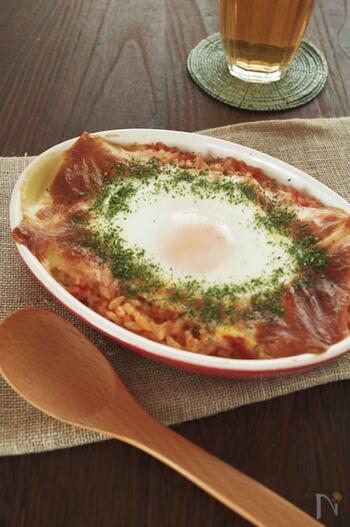 朝ごはんにおすすめのレシピですが、もちろんランチにもぴったりのおしゃれグルメ。トマトはトマト缶を使うので、まな板も包丁も使わなくてOK。洗い物を減らしたいランチにぜひ作ってみてください。真ん中に落とした卵がとってもキュート。オーブントースターで焼くのでお手軽です♪