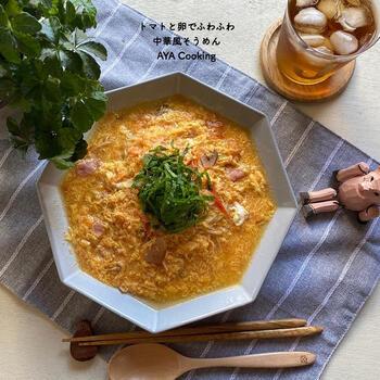 そうめんが余っているとき、いつもの食べ方に飽きてしまったときにおすすめ!鶏がらスープの素を使った中華風の味わいにトマトの酸味がマッチして、残さず飲み干したくなるスープに仕上がっています。お好みで黒こしょうを振ってもおいしいのだそう♪
