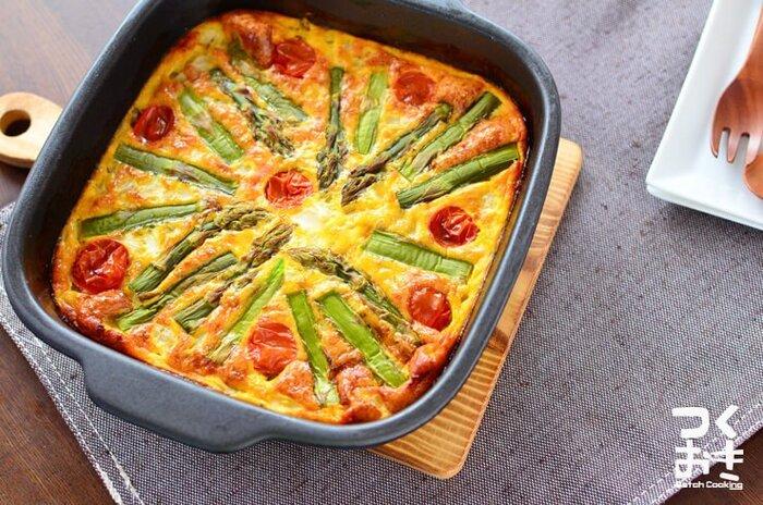 こちらは、かわいらしい見た目も魅力のオープンオムレツです。トマトはミニトマトを使いましょう。アスパラとミニトマトは上に乗せてから焼きます。お弁当のときは、焼いてからお弁当サイズに切るほか、ミニトマトとアスパラを小さめに切ってミニカップなどで焼くのも良いですね♪