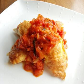 こちらのレシピも、トマトと卵がちゃんと使われています。鶏肉のささみを卵液にくぐらせてから焼いて、ピカタを作りましょう。そこに、カットトマト缶で作る手作りのトマトソースをかけたら出来上がり。卵とトマトを別々に使ったコラボレシピです♪