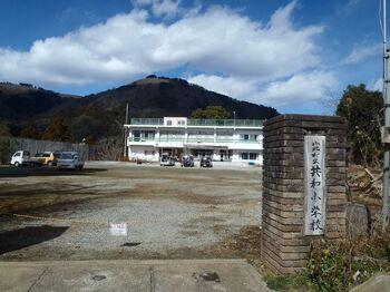 """車道を進んで行くと「旧共和小学校」がある集落へ(小学校の手前に公衆トイレ有り)  当地域は、""""山北町のチベット""""と呼ばれる共和地区(共和のもり)。人口減少等、地域が抱える課題に対する活動を様々に行っています。「NPO法人 共和のもり」では、当学校施設を拠点の一つとして、山の再生・保全・活用を目的に、炭焼き体験や古道整備ボランティア等など、地域の""""山""""を活かした取り組みをしています。"""