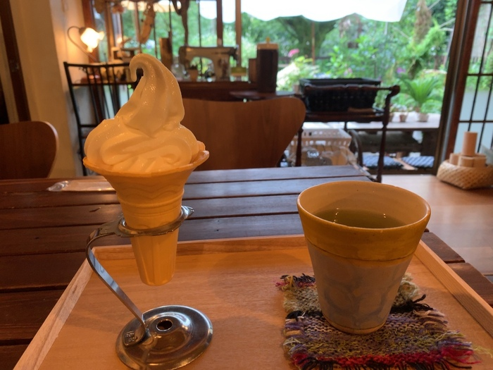 おやつなら、『ソフトクリーム』、『手作りのシフォンケーキ』等など。  ソフトクリームは、先に紹介した「薫の牧場」の牛乳を用いたもの。舌触りも優しく、牛乳の美味しさがダイレクトに味わえる絶品です。【『ソフトクリームと足柄茶のセット』】