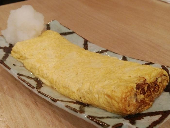 「YAMAKITAバル」の料理は、個性豊かです。『タコの唐揚げ』や『トウゴロウイワシのから揚げ』、特製の『本日の気まぐれピザ』といった、酒やビールにあう一品料理の他、『厚切りハムカツ』や神奈川ブランドの『やまゆりポークの酒粕みそ焼き』といった、ご飯のおかずにもなる料理もあります。  また、地元山北の産物を使った『絹華あぶら揚げの炙り』や『お山のたまごのだし巻きたまご』などもあり、他店にはないラインナップです。【地元の平飼い有精卵にたっぷりの出汁を加えて焼き上げた『お山のたまごのだし巻きたまご』】