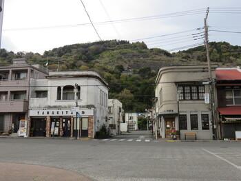 「YAMAKITAバル」は、2019年にオープンした駅前のバル。お酒がメインというわけではなく、食事も軽食も楽しめる、ふらりと気軽に立ち寄れる地域密着型のお店です。【元々薬局だった建物をリノベーションした駅前にある店舗(画像左)】