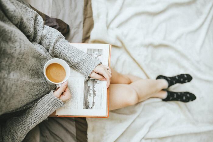 """つかの間のお茶の時間。「本でも読んでみようかな」と思うけれど、あまり長いお話を読む時間はない…そんな時は、1つのお話が短い""""エッセイ""""を読んでみるのはいかがでしょうか。この章では、1話読み終えるごとに、こころにあたたかい光がともるような、ぬくもりのあるエッセイをご紹介します。"""